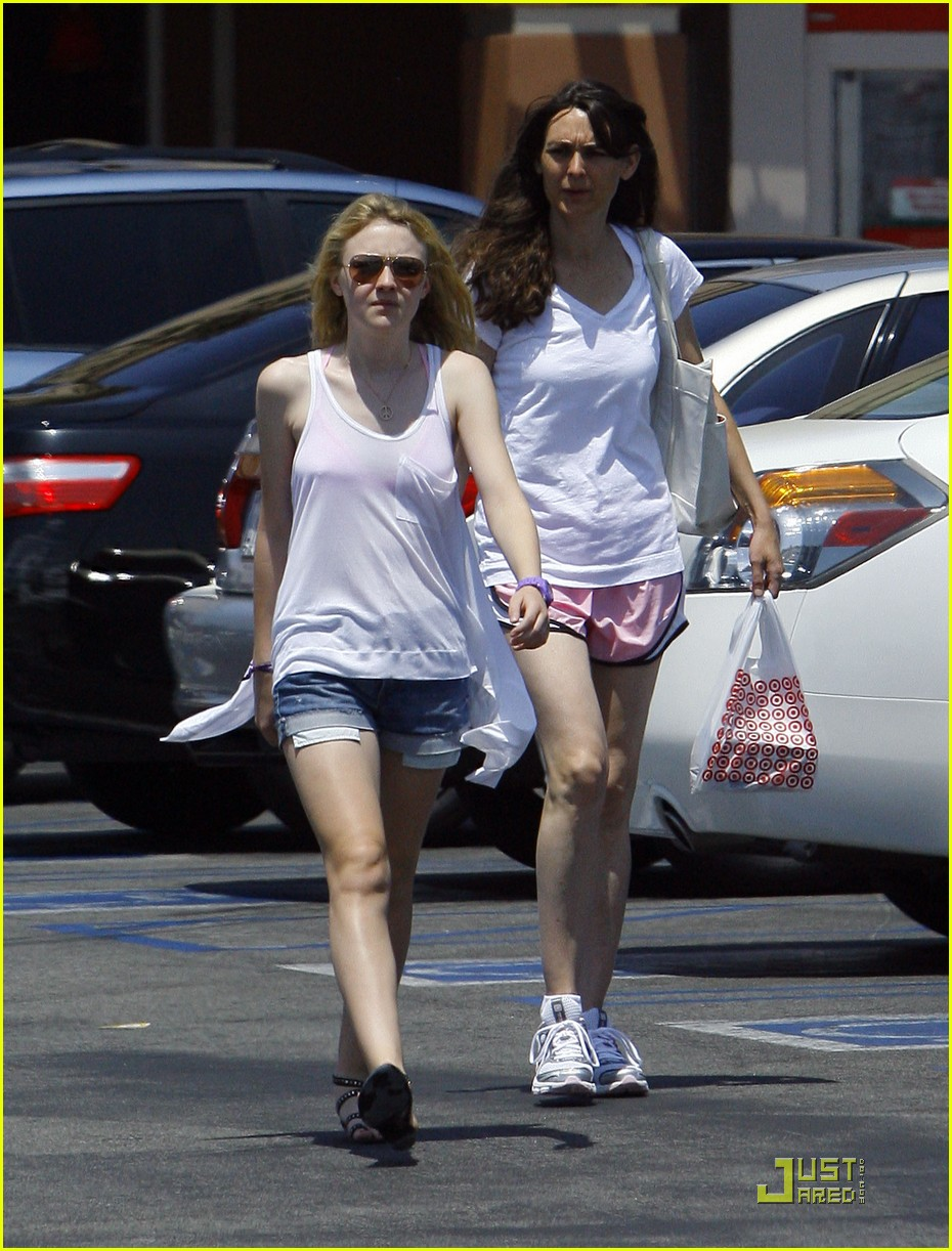 dakota fanning jolly jogger 09