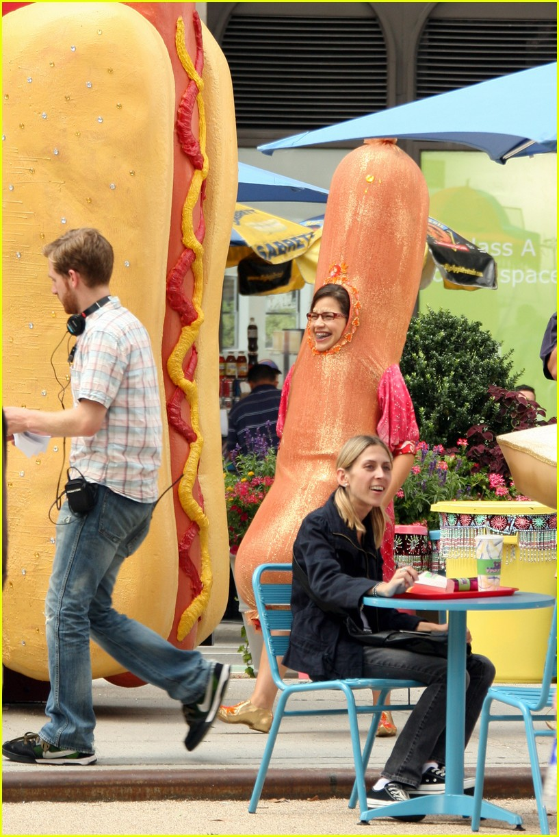america ferrera hot dog 03