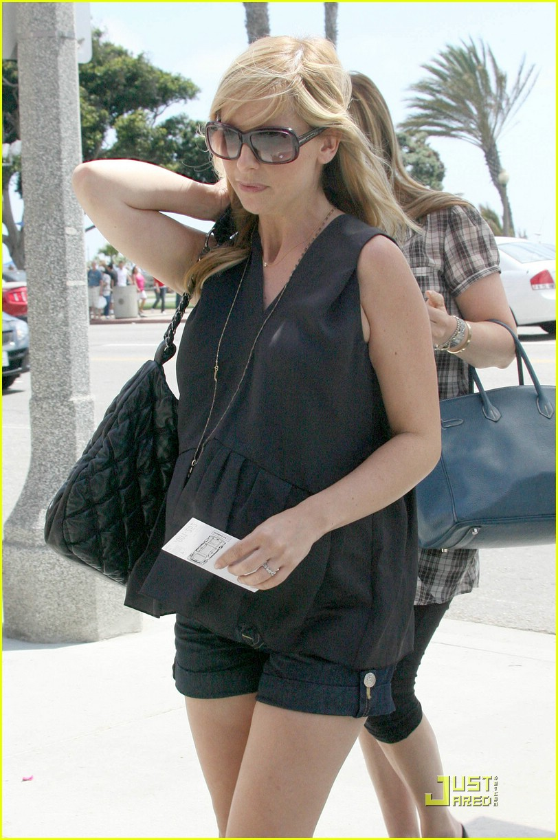 sarah michelle gellar pregnant at the shore 032098222