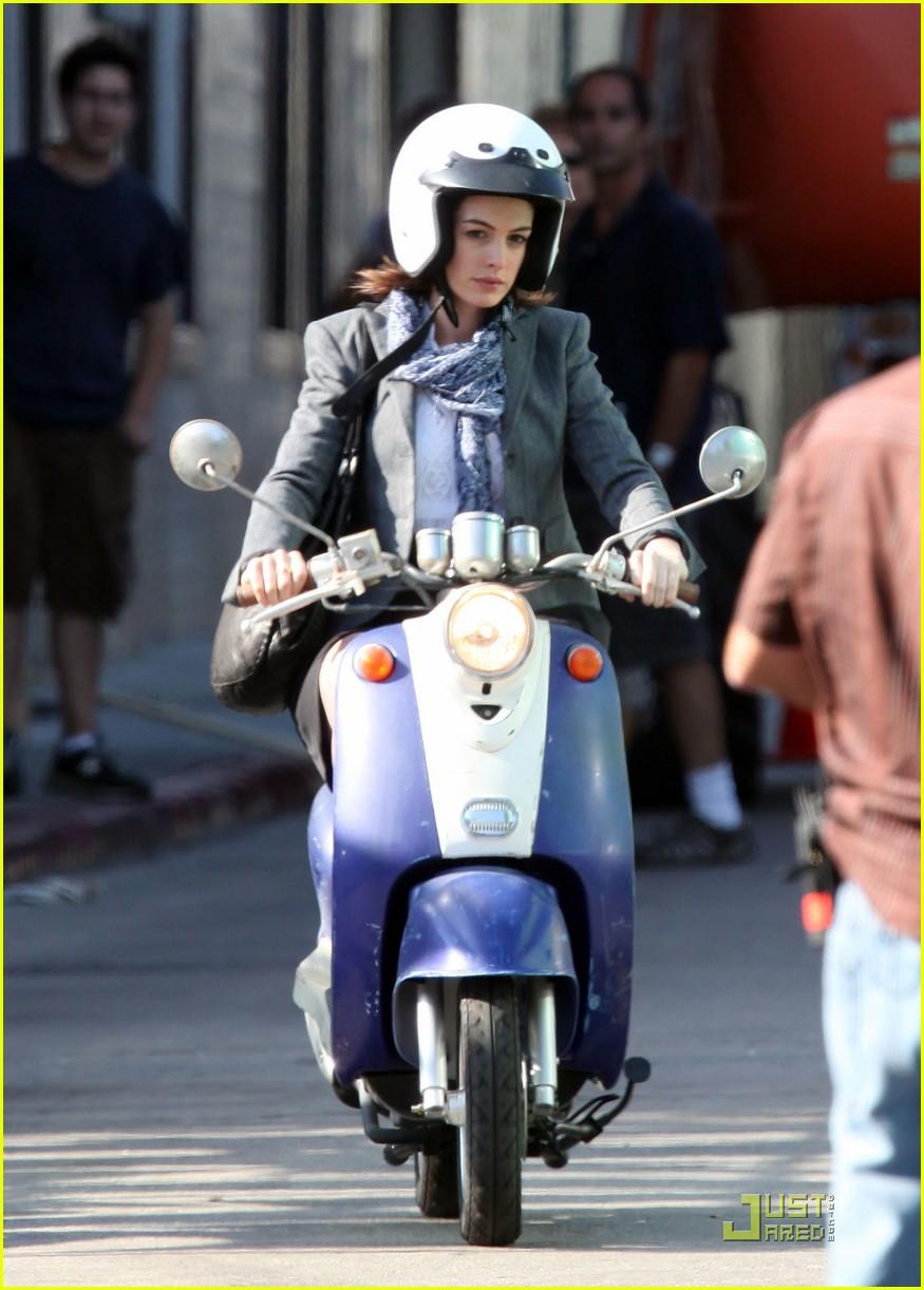 Anne Hathaway, famosa em moto, gostosa em moto, Mulher semi nua em moto, Famous on bike, woman motorcycle, babes on bike, woman on bike, sexy on bike, sexy on motorcycle, ragazza in moto, donna calda in moto, femme chaude sur la moto, mujer caliente en motocicleta, chica en moto, heiße Frau auf dem Motorrad