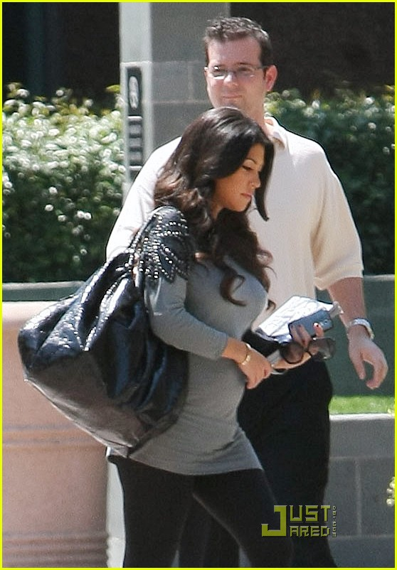 kourtney kardashian bigger baby bump 18