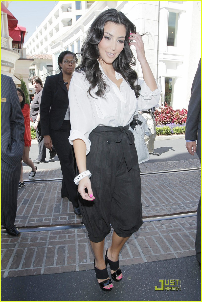 kim kardashian visits victorias secret 02