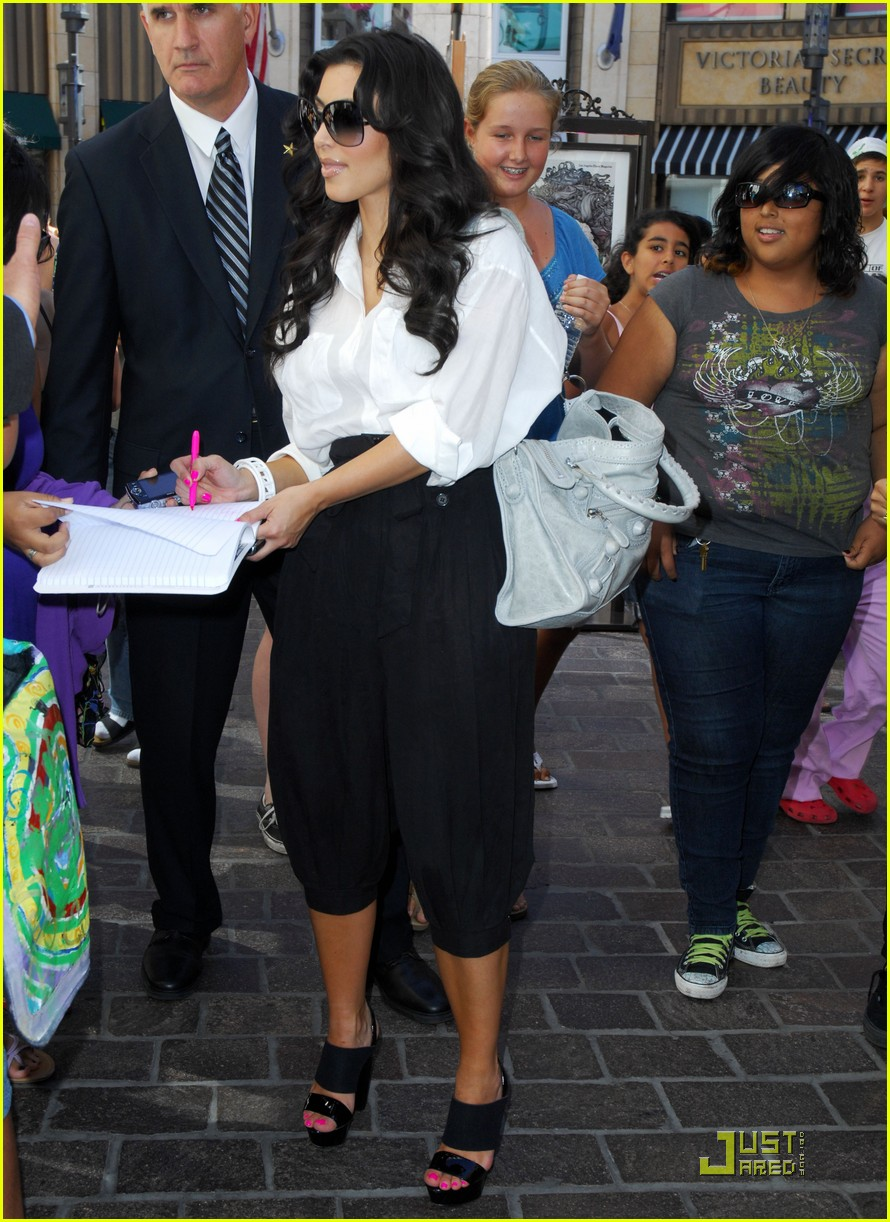 kim kardashian visits victorias secret 08
