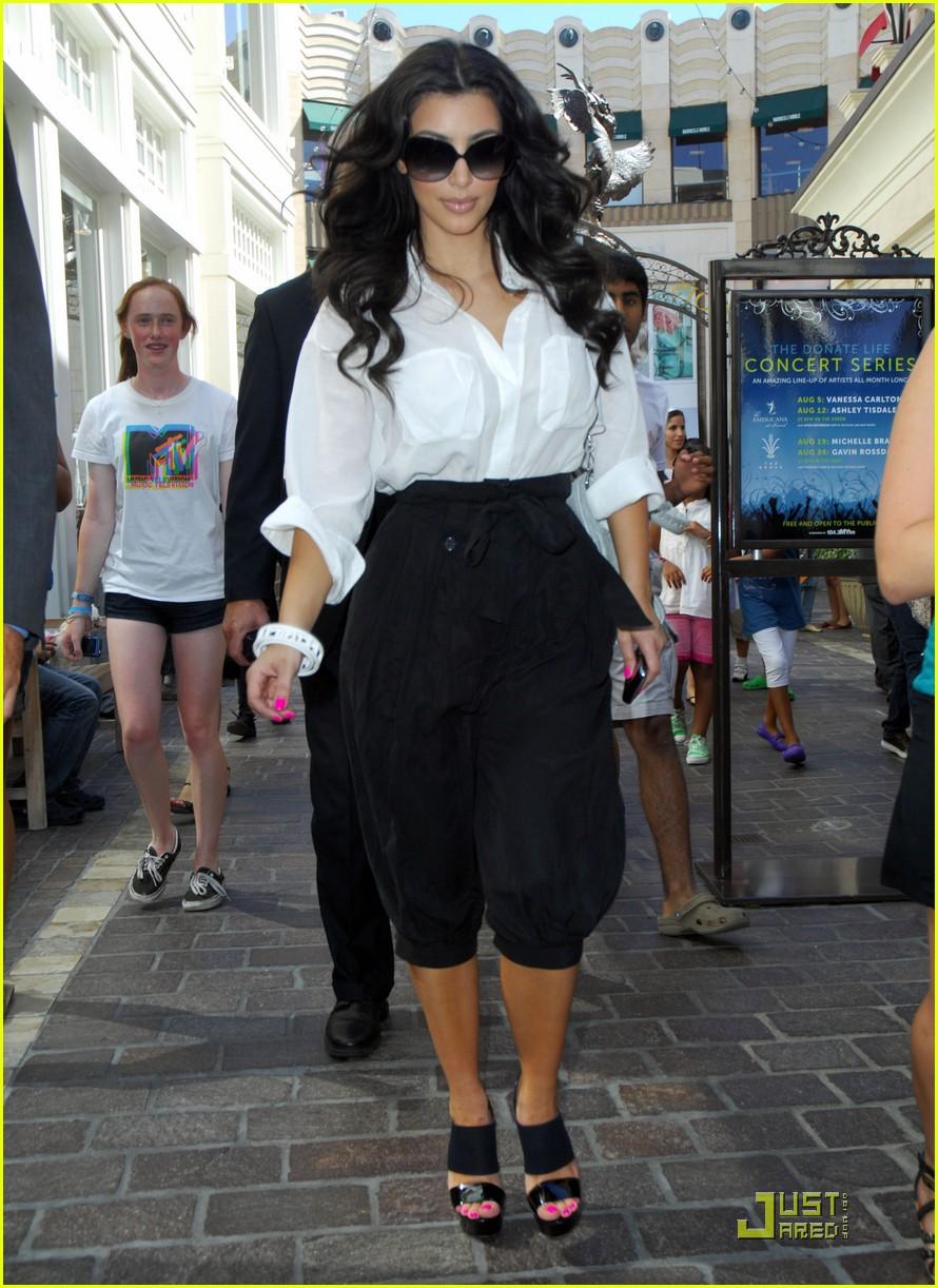 kim kardashian visits victorias secret 102106741