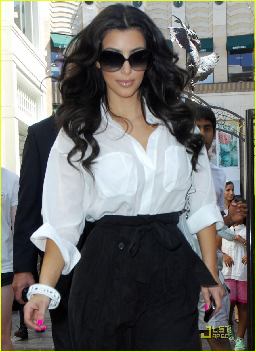 kim kardashian visits victorias secret 11