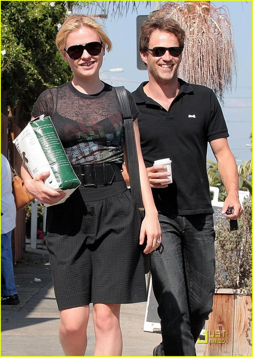 stephen moyer anna paquin carry coffee beans 01