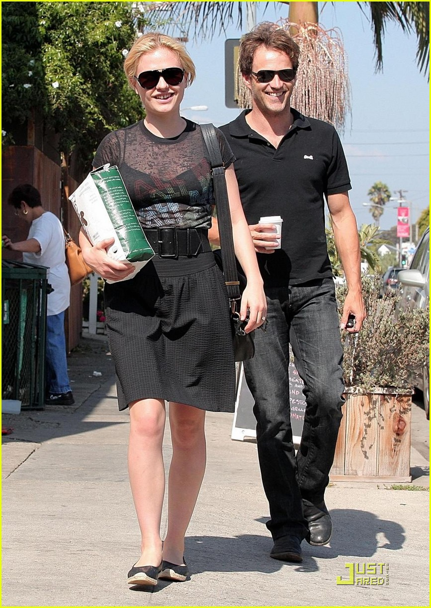 stephen moyer anna paquin carry coffee beans 03