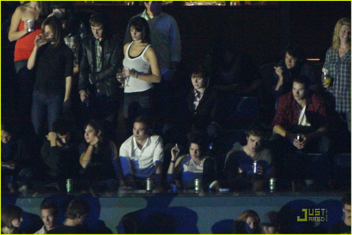 robert pattinson kristen stewart concert couple 02
