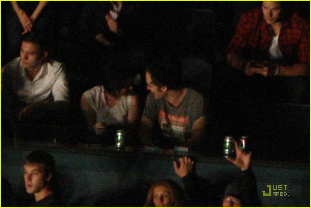 robert pattinson kristen stewart concert couple 09