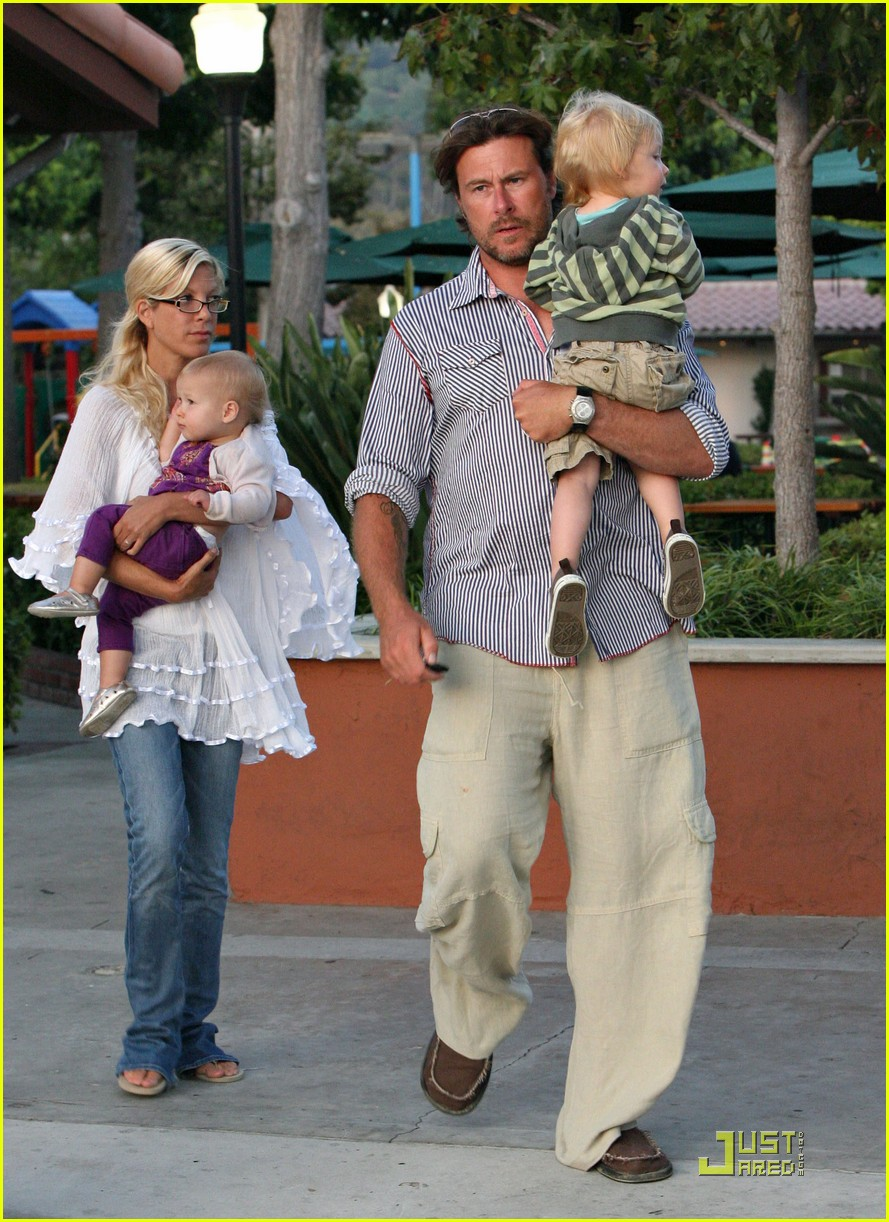 tori spelling kids play at the park 04