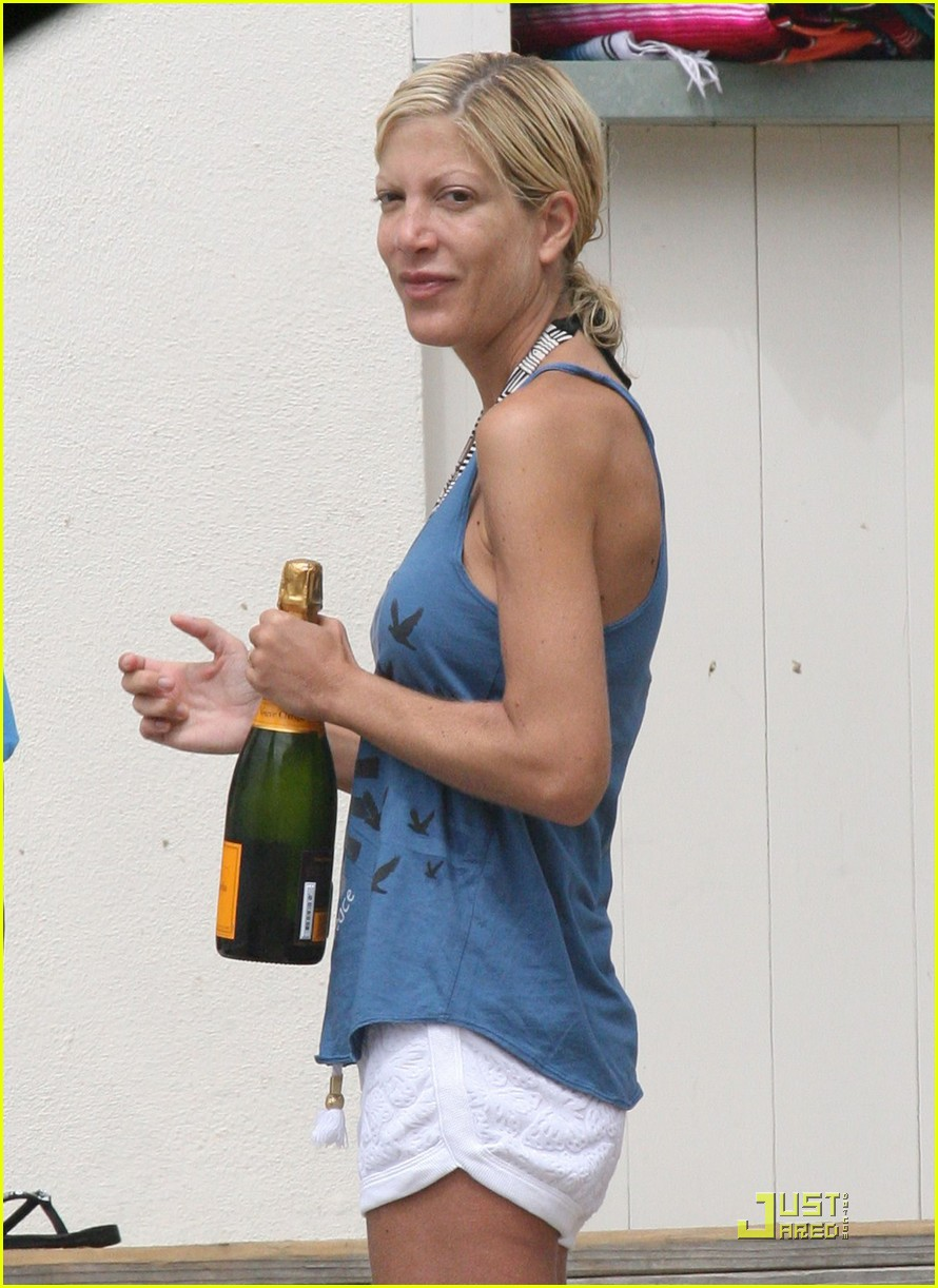 tori spelling soaks up the sun 04