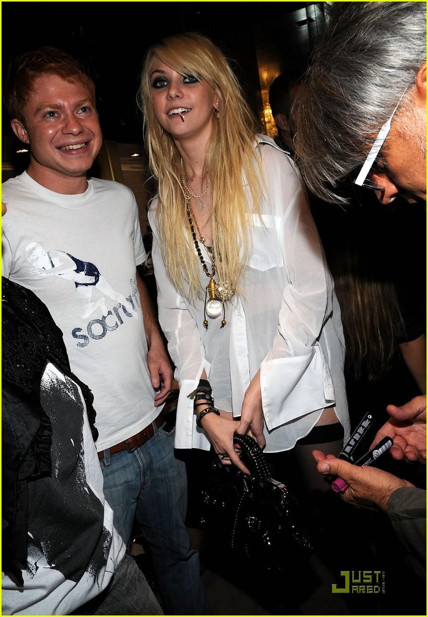 Taylor Momsen: Garter Gossip Girl! Taylor Momsen