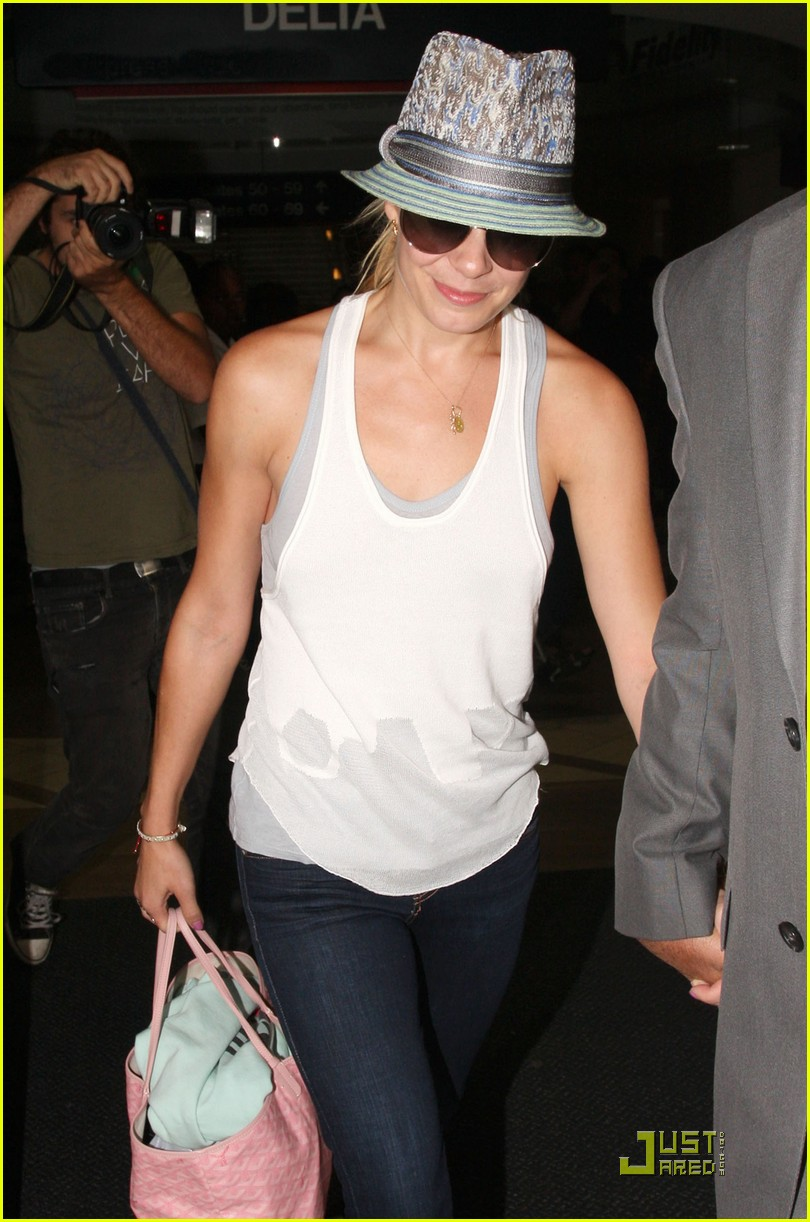 leann rimes lands at the airport 012213252