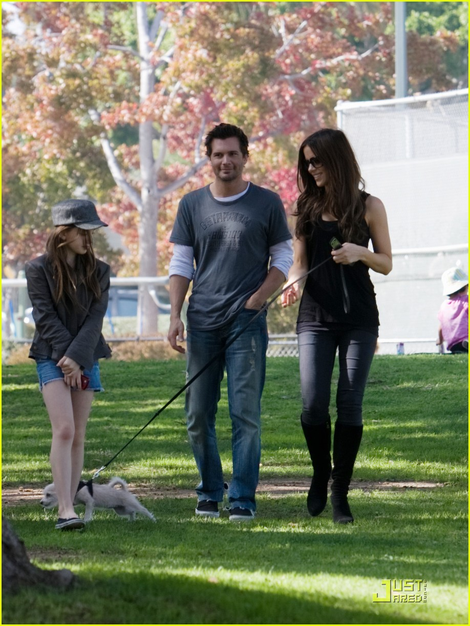 kate beckinsale and her family walk the dog 06