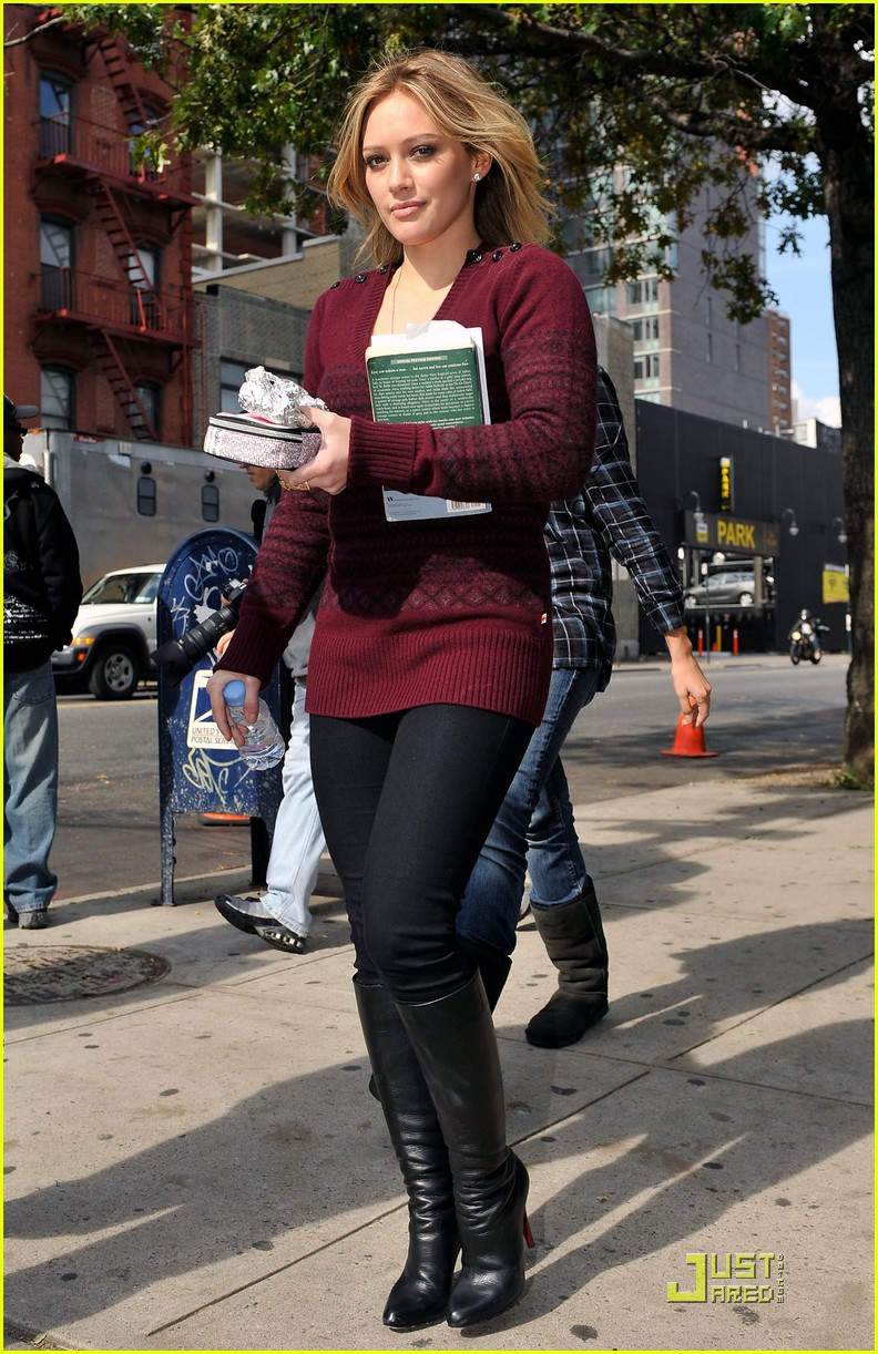 hilary duff is reading salem falls 062285911