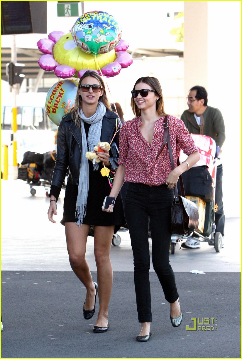 miranda kerr welcome home balloons 03
