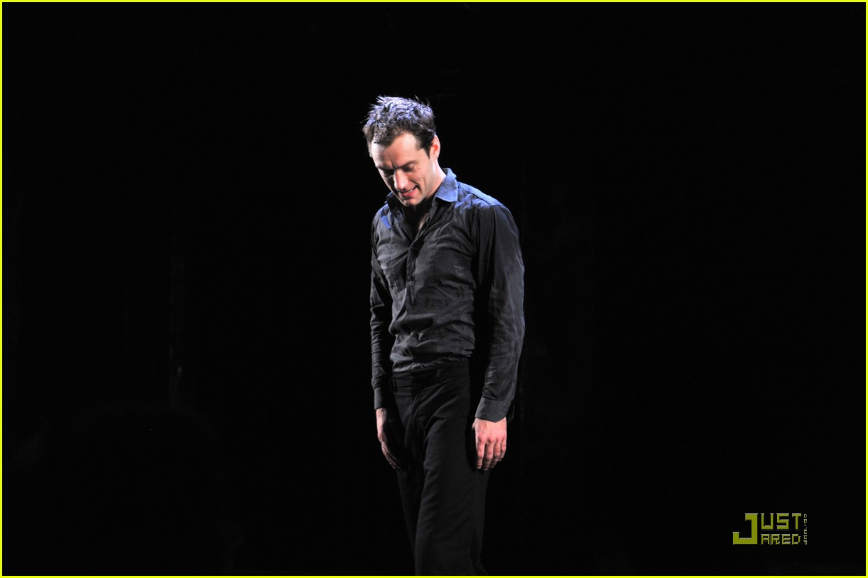jude law opening night curtain call 03