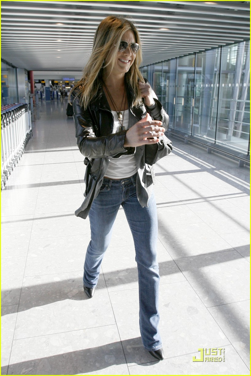 jennifer aniston heathrow hottie 01