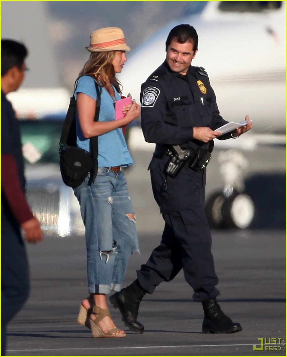 jennifer aniston home from cabo 102366801