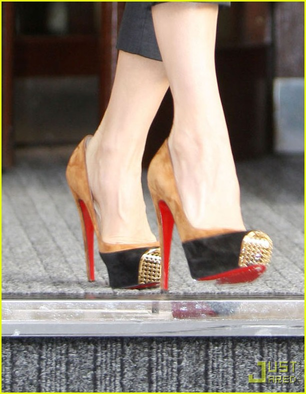 victoria beckham heathrow louboutin 03