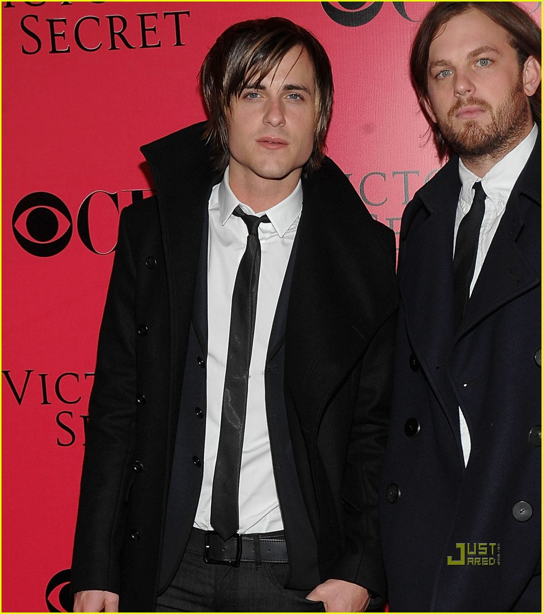 lily aldridge caleb followill pink carpet 10