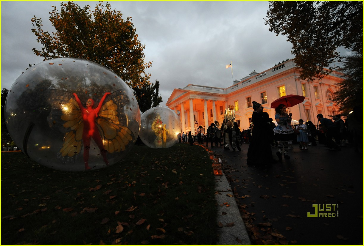 michelle obama trick of treating white house 19