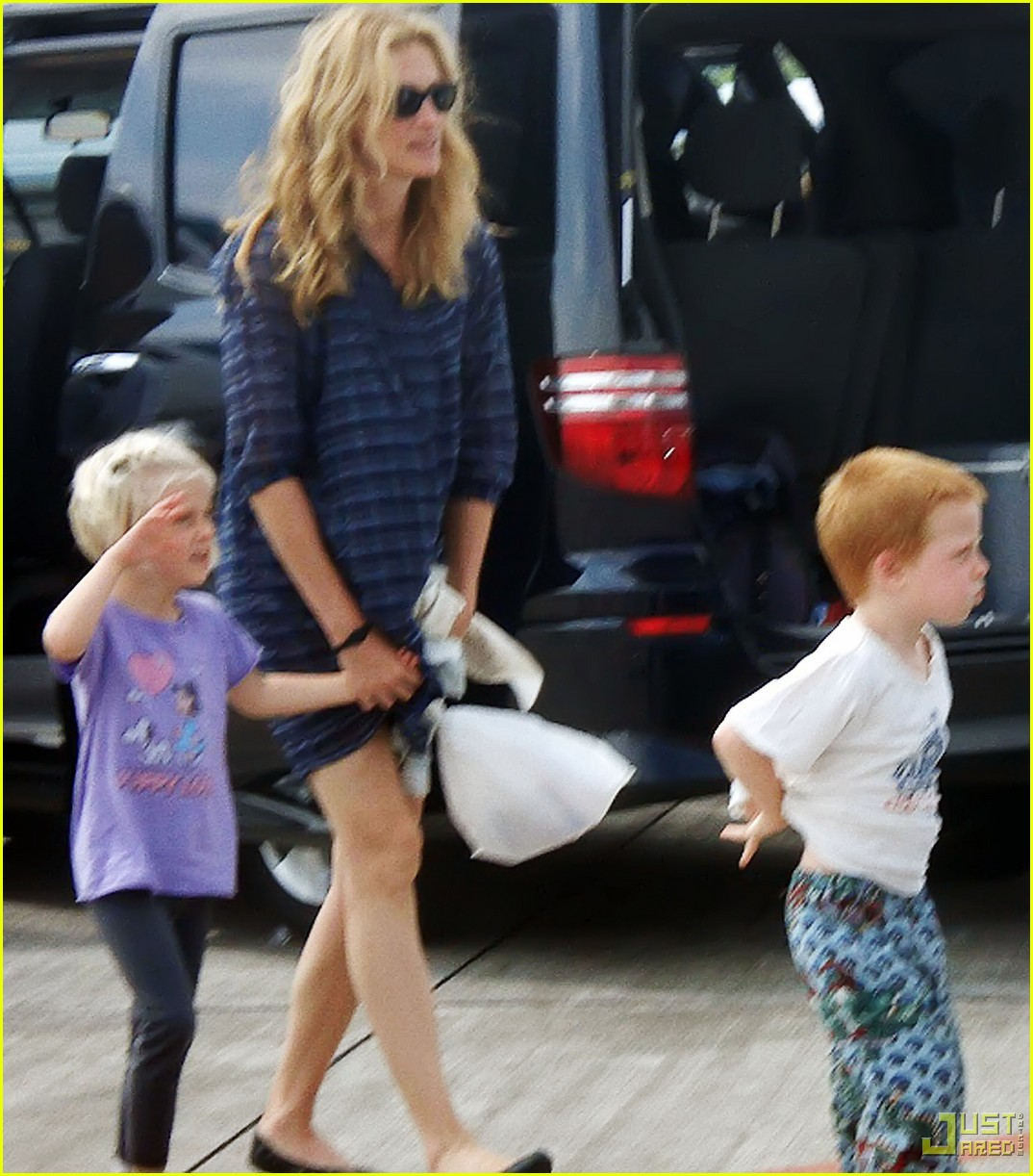 julia roberts bali kids visit 01