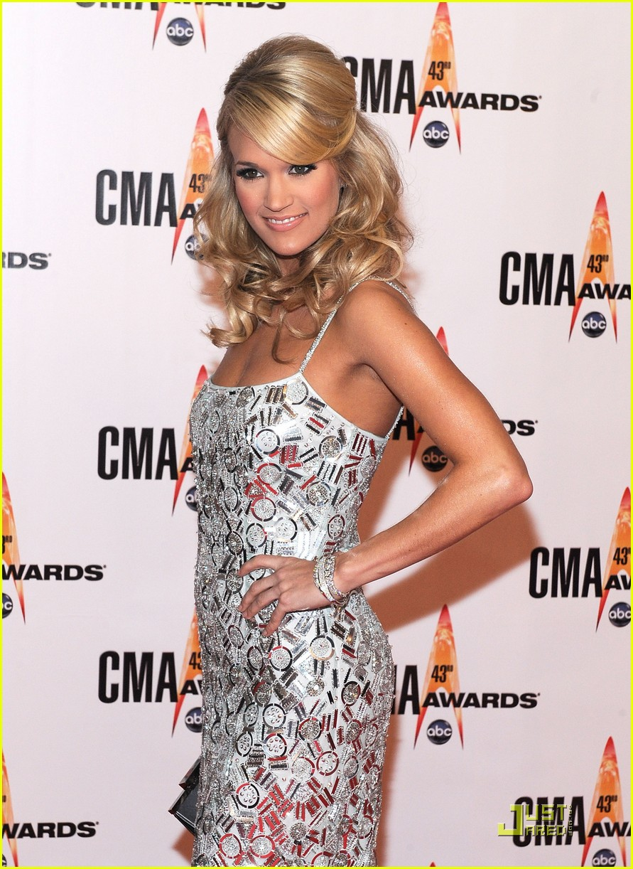 carrie underwood hosts the 2009 cmas 06