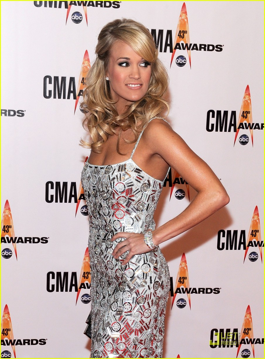 carrie underwood hosts the 2009 cmas 10