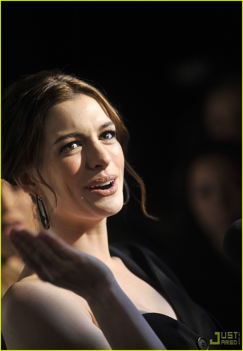 anne hathaway friends without a border 06