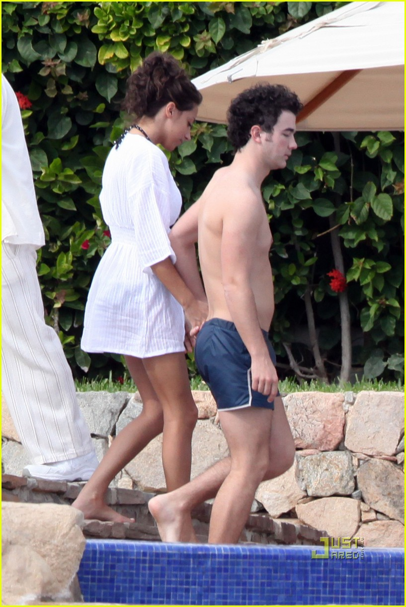 kevin jonas honeymoon mexico 01