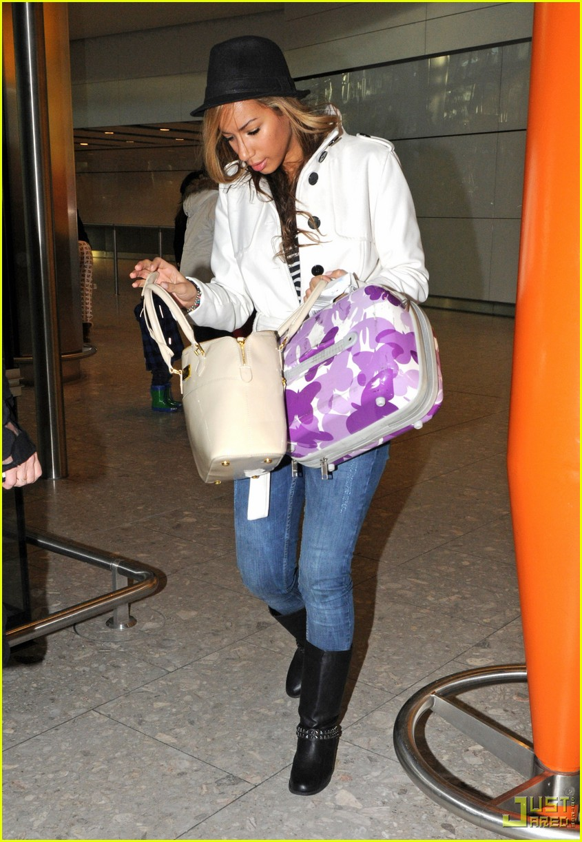 leona lewis christmas shopping heathrow airport 062403600