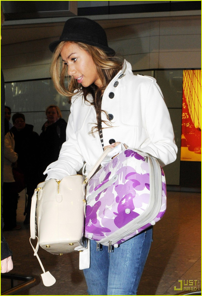 leona lewis christmas shopping heathrow airport 092403603