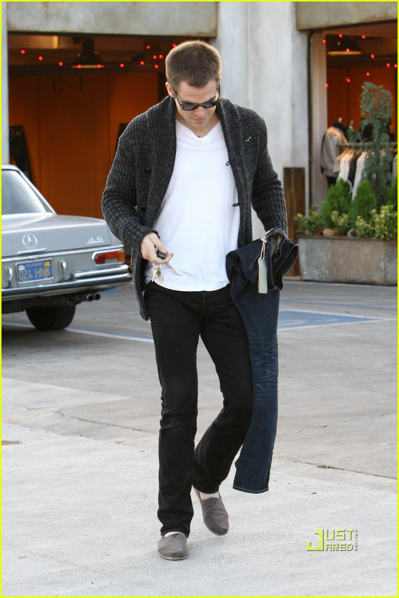 chris pine crotch grab 062404107
