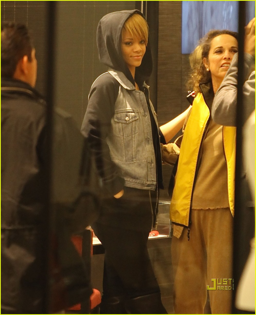 rihanna saks fifth avenue 03