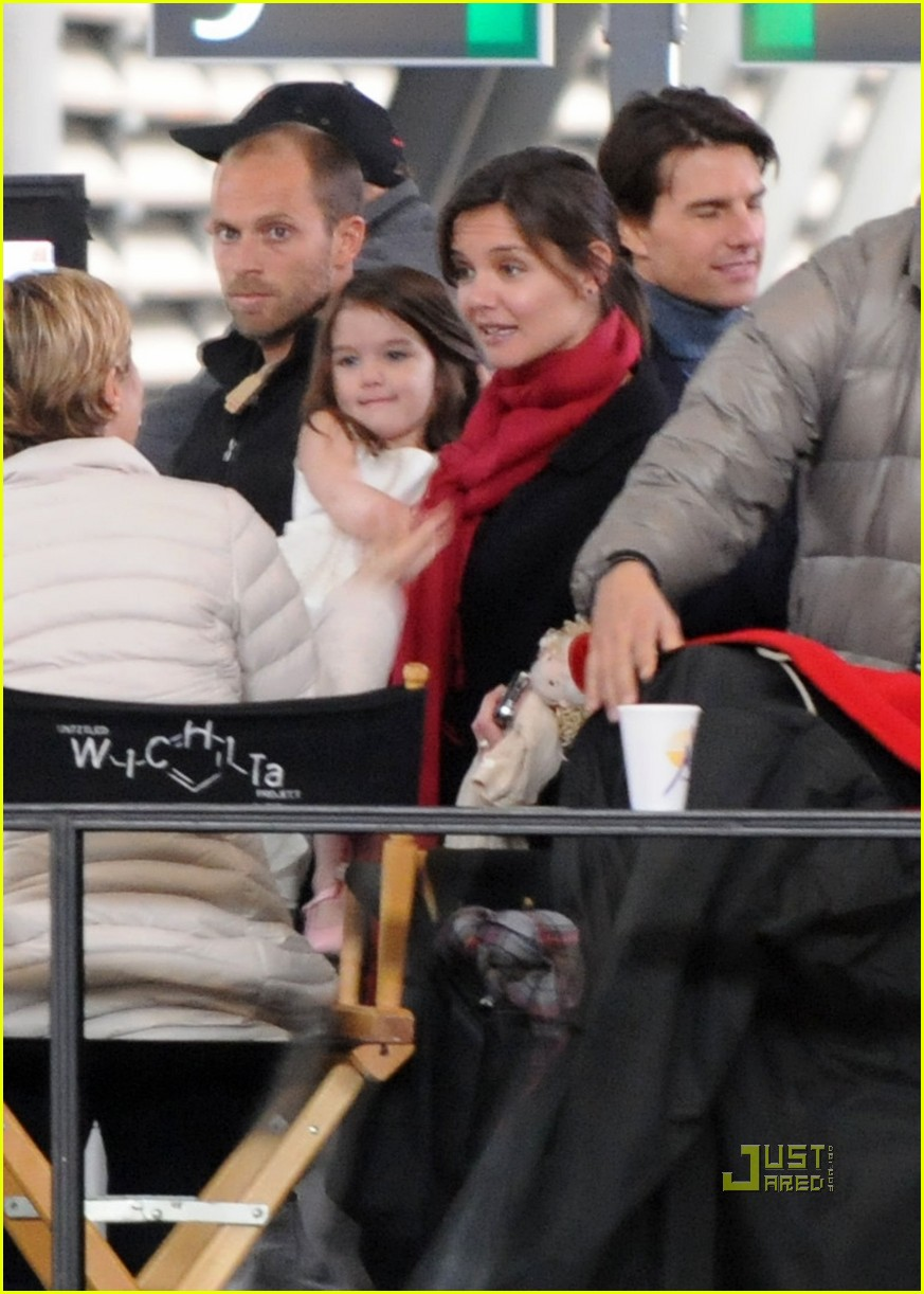 suri cruise seville train station 142400419