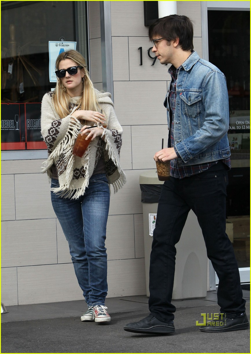 full sized photo of drew barrymore justin long iced tea 01
