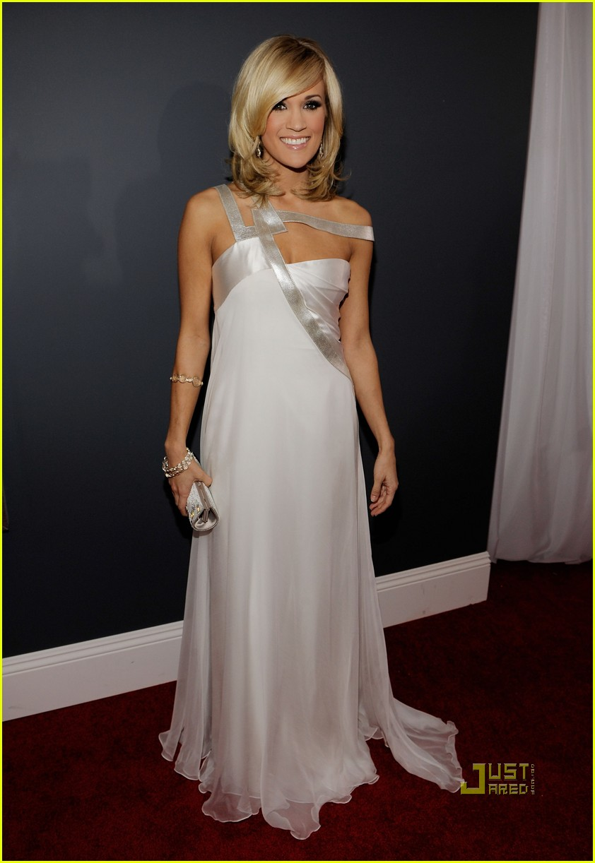carrie underwood 2010 grammy awards red carpet 03