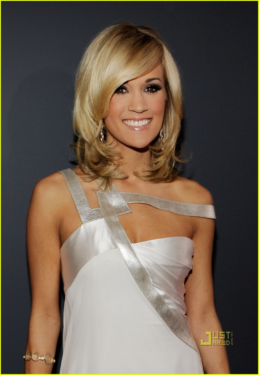 carrie underwood 2010 grammy awards red carpet 052413125
