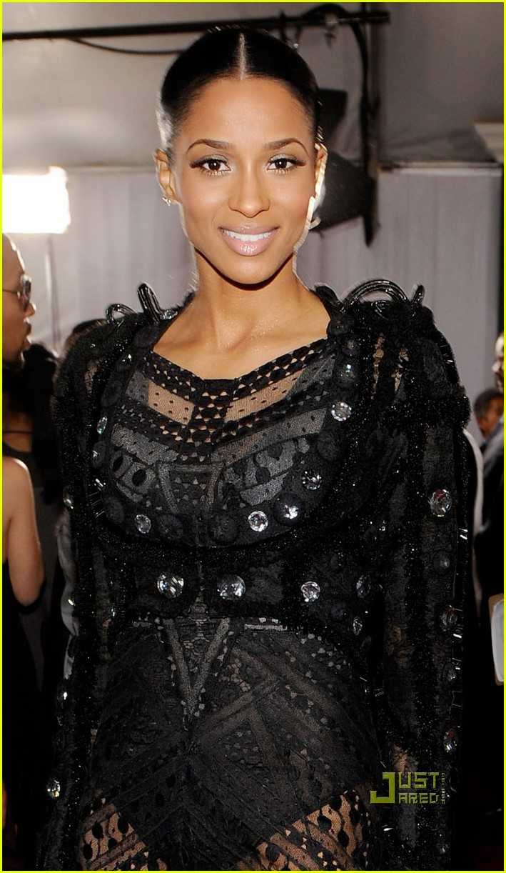 ciara 2010 grammy awards red carpet 05