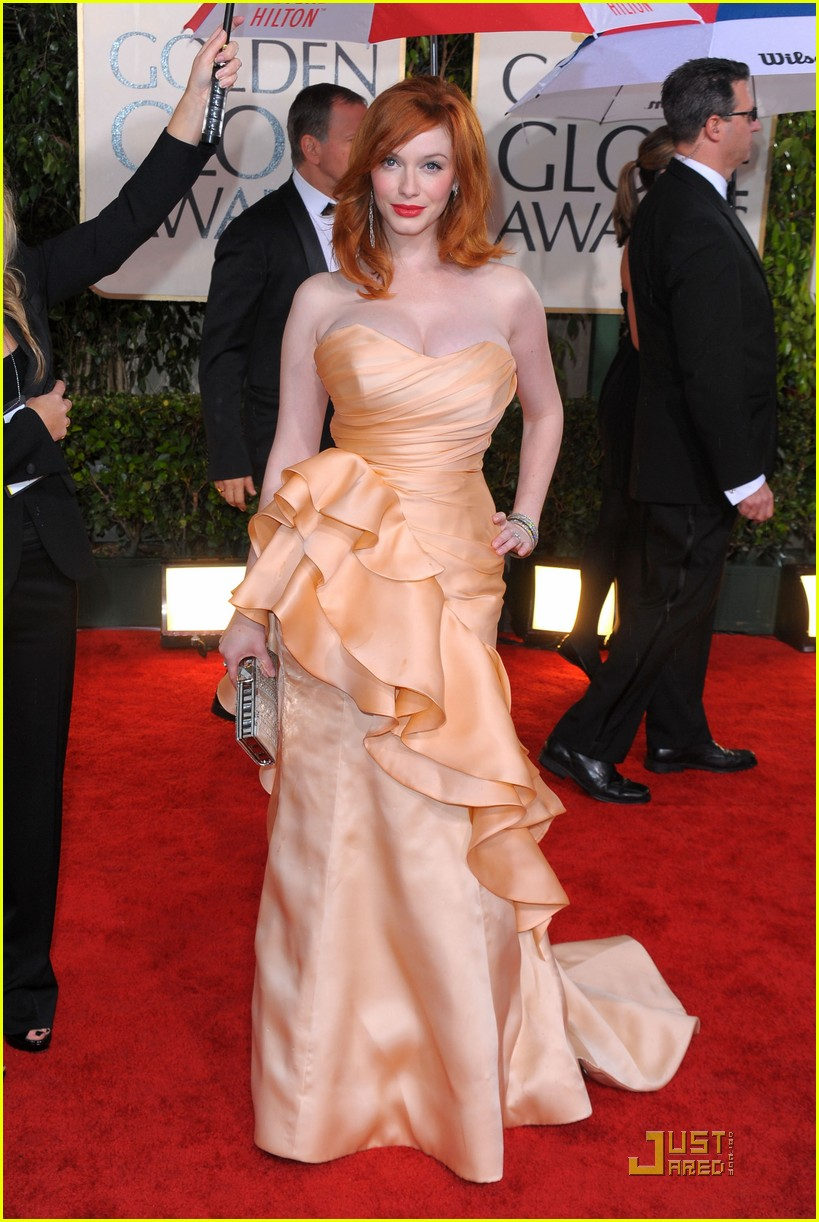 christina hendricks 2010 golden globe awards red carpet 02