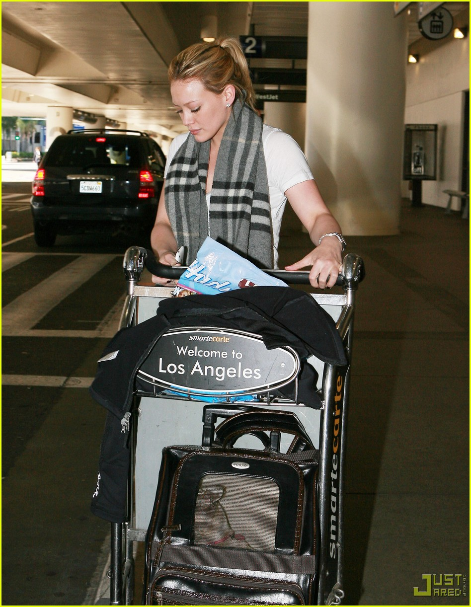 hilary duff lax airport ralphs 09