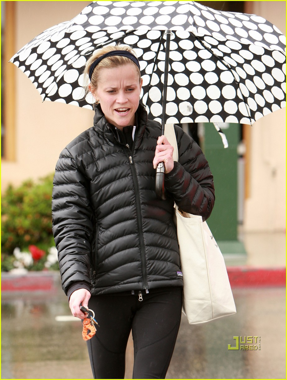 reese witherspoon leaving gym umbrella 04