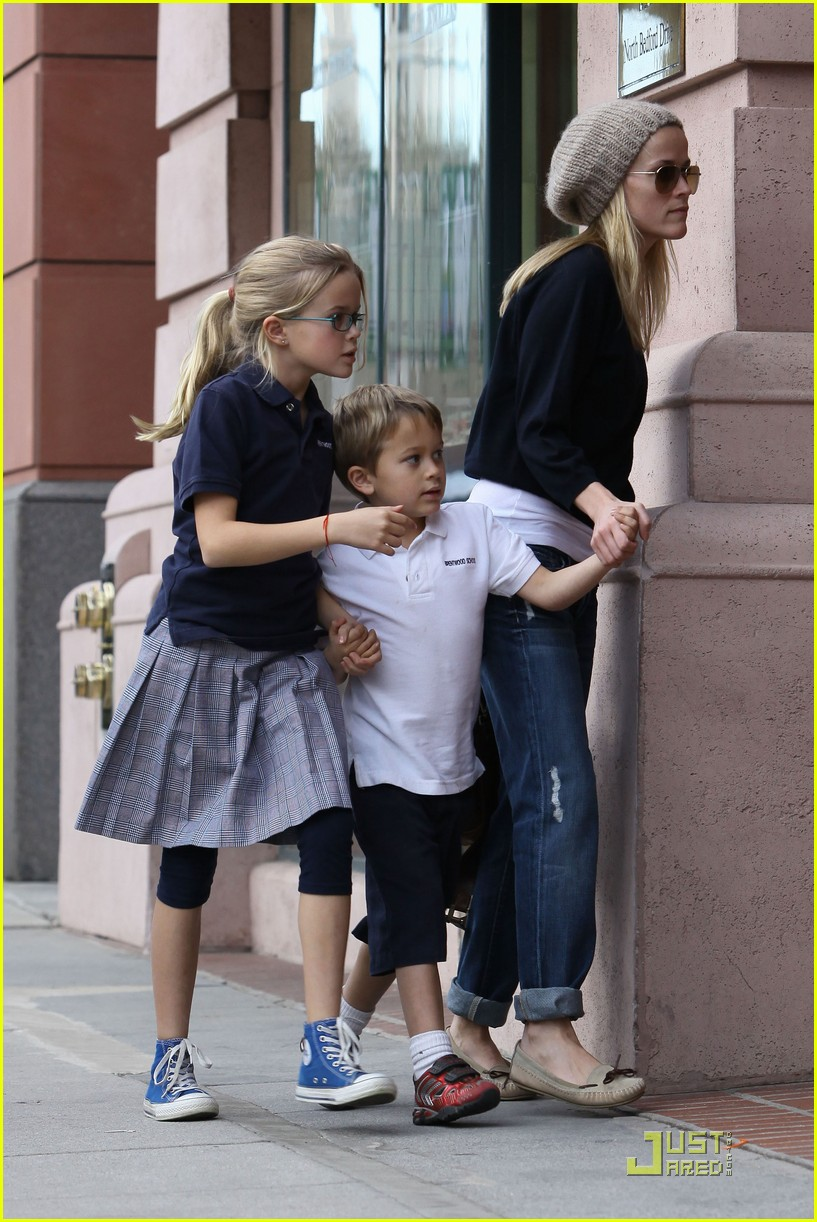 reese witherspoon hand holding 07