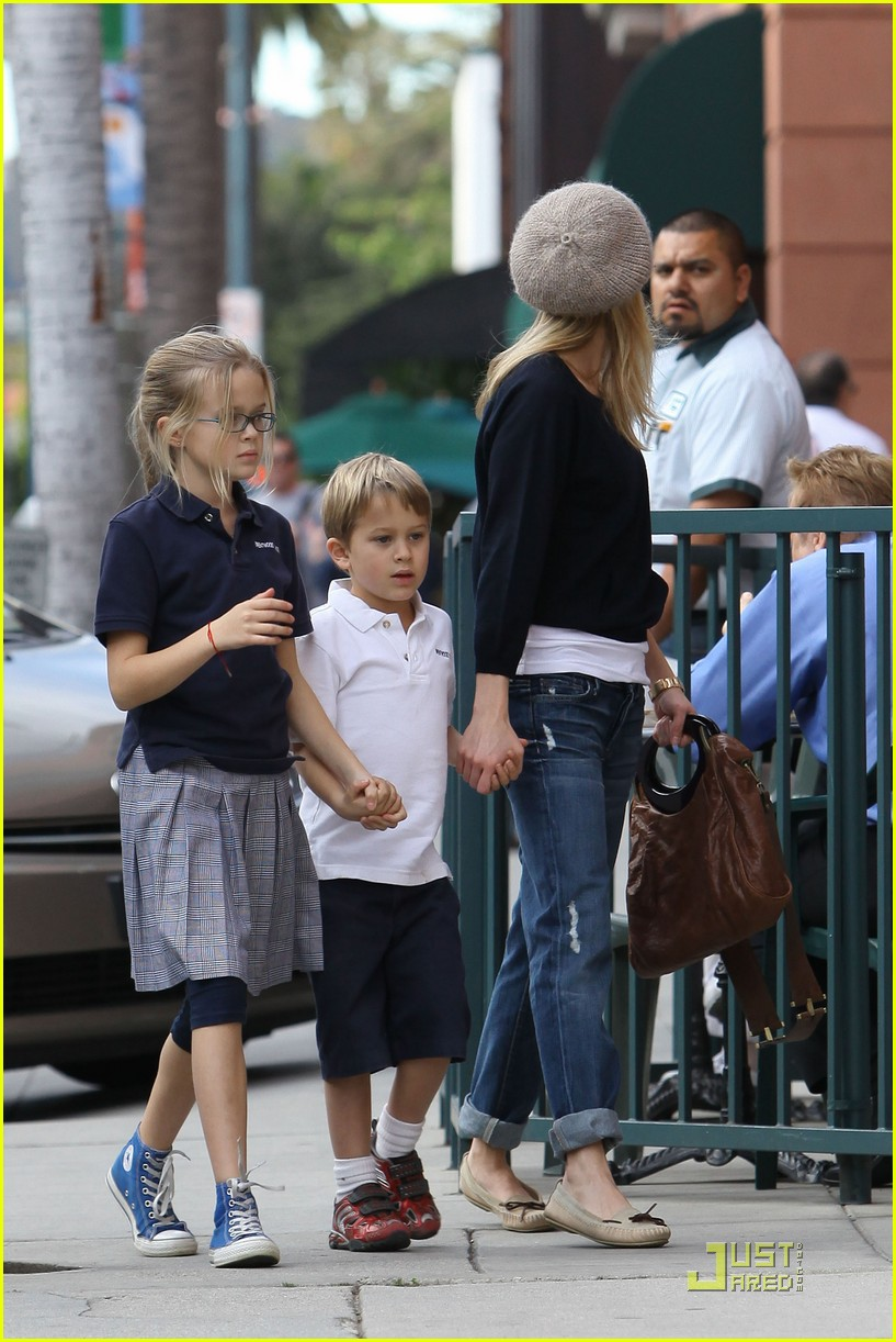 reese witherspoon hand holding 092406118