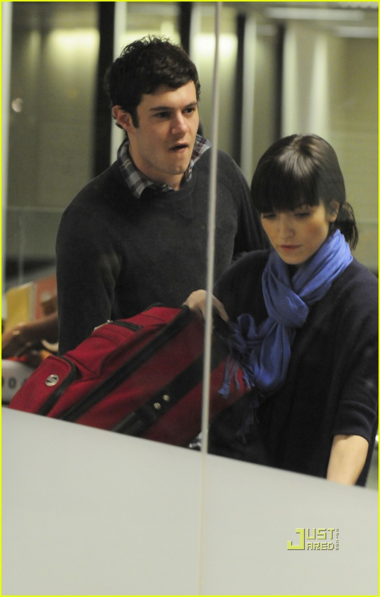 adam brody lax airport 03