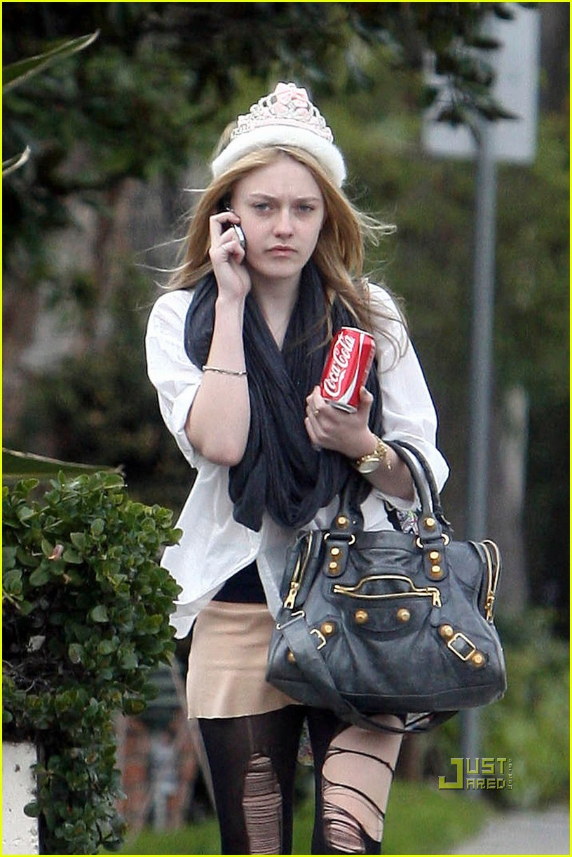 dakota fanning shredded tights 05