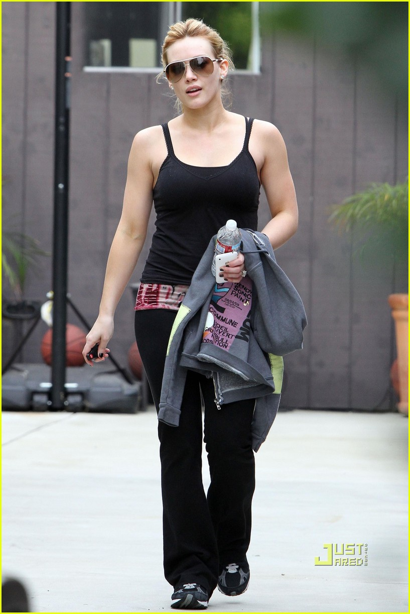 hilary duff black tank top gym 01