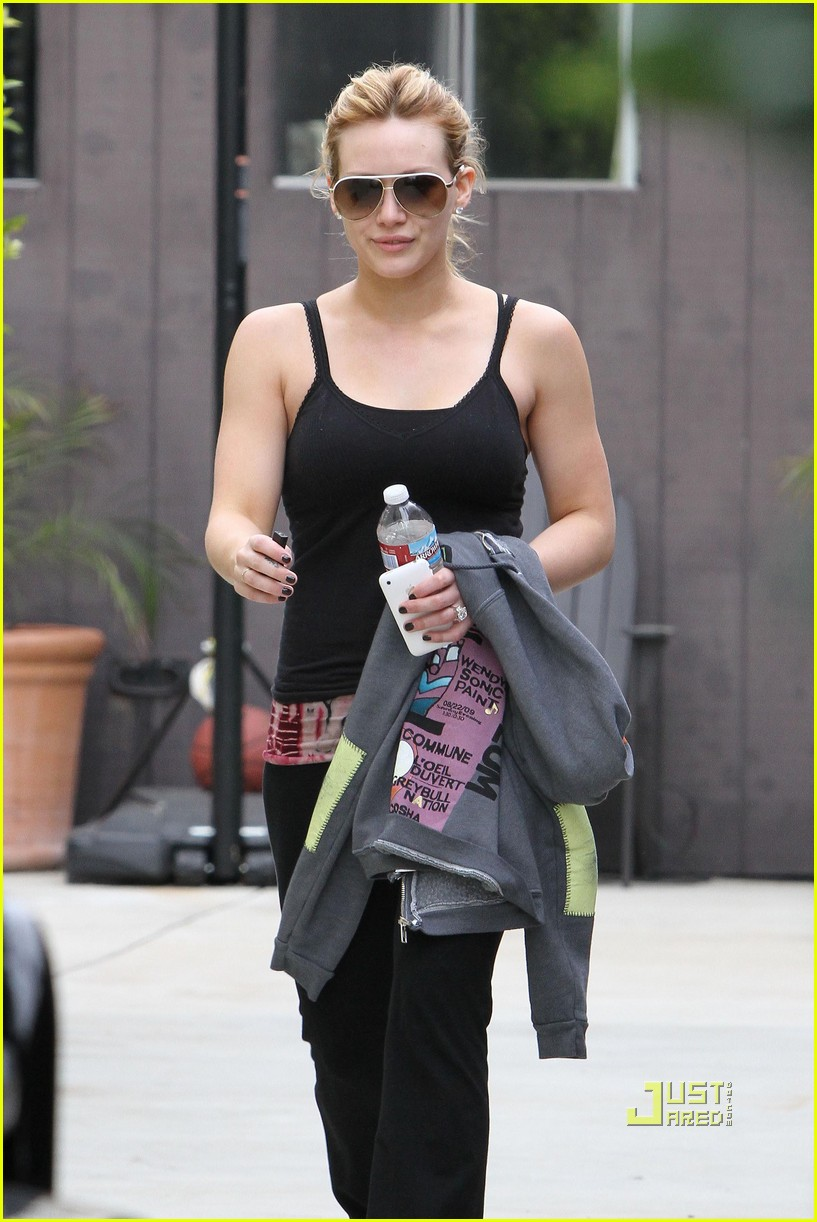hilary duff black tank top gym 05