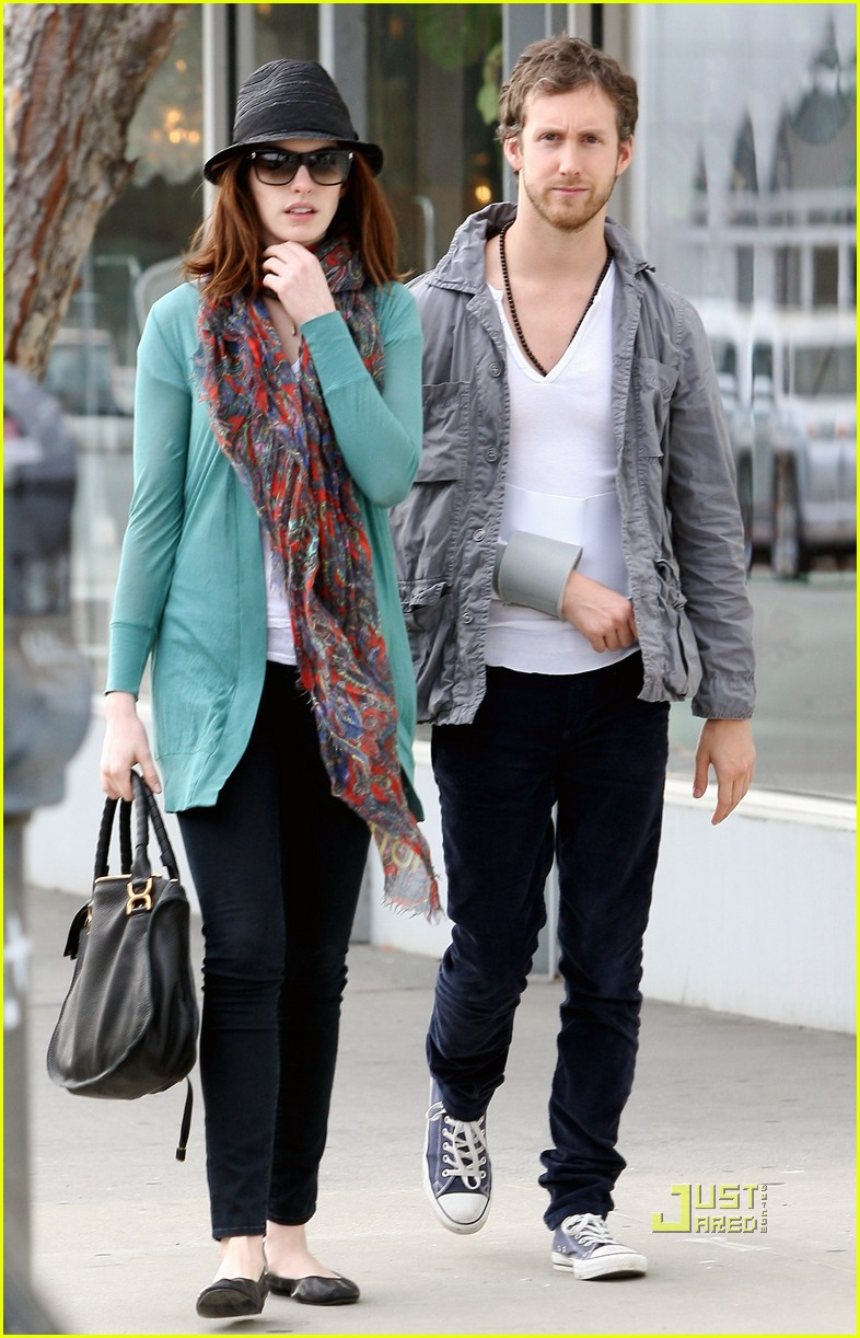 anne hathaway adam shulman furniture shopping 04